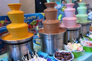 цветной шоколадный фонтан