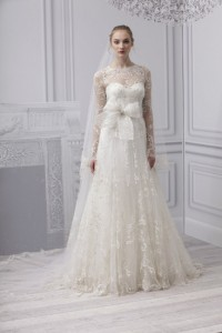 кружевное свадебное платье с бантом